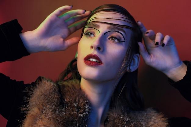 Портрет фотомодели. красивая молодая женщина на красном
