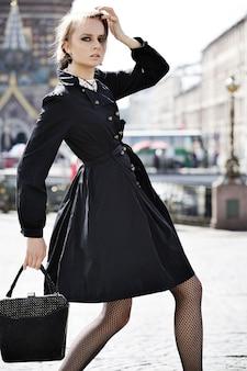 街の通りでポーズをとるファッションモデル