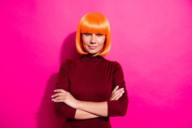 Фотомодель позирует с оранжевым париком