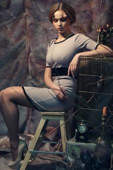 자에 앉아 패션 모델