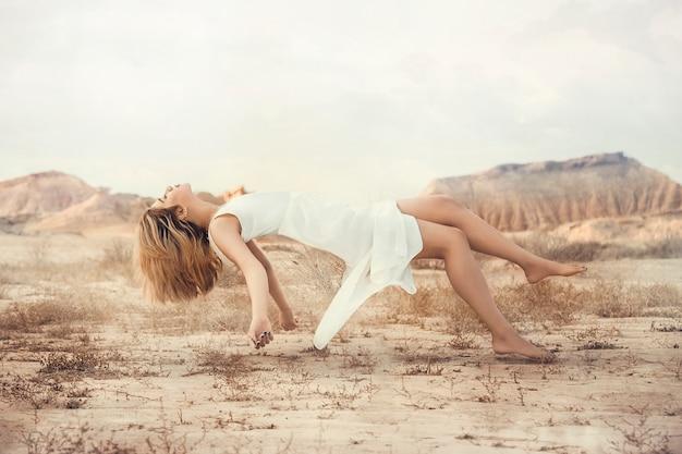 Modello di moda in vestito bianco, illustrazione volante