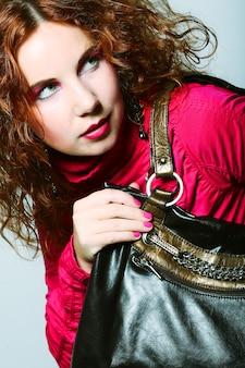 가방 패션 모델. 스튜디오에서 포즈