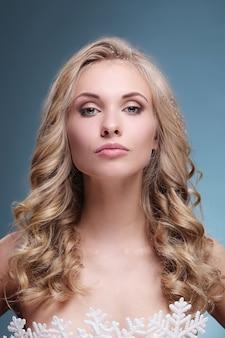 金髪の巻き毛のヘアスタイルのファッションモデル