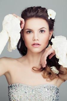 Фотомодель с свадебной прической, красивые волосы и белые цветы