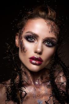 밝은 메이크업과 화려한 반짝이가있는 패션 모델