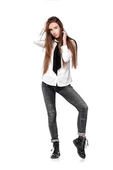 白いシャツと白い背景で隔離のネクタイの長い髪のファッションモデル