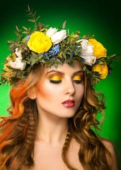 녹색 표면에 화 환 패션 모델