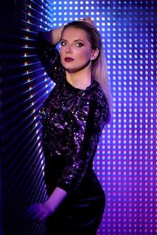 カラフルな明るいネオン紫外線青と紫のライト、美しい少女のファッションモデルの女性 Premium写真