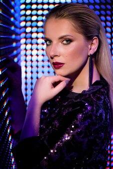 カラフルな明るいネオンuv青と紫のライト、美しい女の子のファッションモデルの女性。