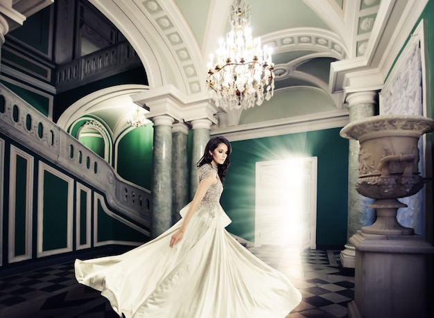 王宮のファッションモデルの女性