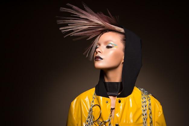 Мода модель женщина. портрет красивой партии женщины с модным макияжем, стрижка.