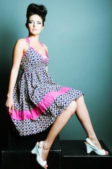 Женщина фотомодели в платье