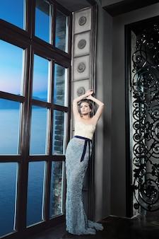 Модель женщины в роскошном платье