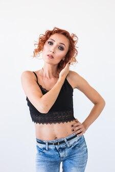 패션, 모델링, 사람들이 개념-흰 벽 위에 벌거 벗은 배꼽을 가진 젊은 여자