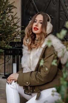 Открытый портрет моды на зимней улице в варшаве