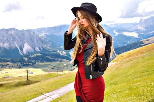 꽤 쾌활 한 젊은 관광 여자의 패션 야외 여행 초상화