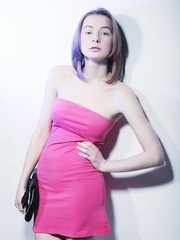 Фото моды, модель с сумкой позирует на светлом фоне