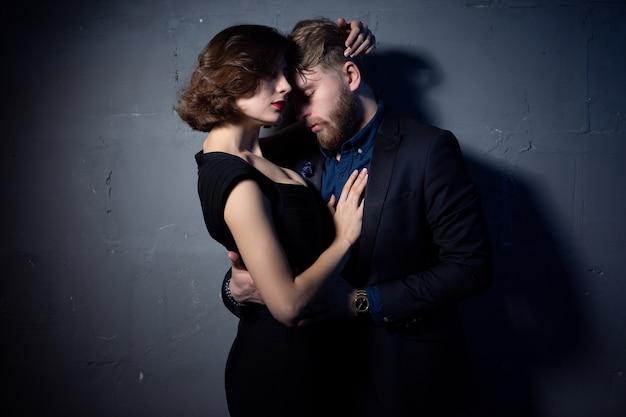 Модное фото сексуальной элегантной пары в нежной страсти