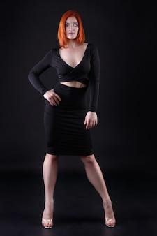 우아한 이브닝 드레스에 아름다운 아가씨의 패션 사진