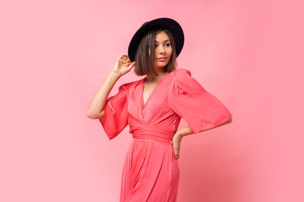 핑크 드레스 포즈에 사랑스러운 갈색 머리 여자의 패션 사진
