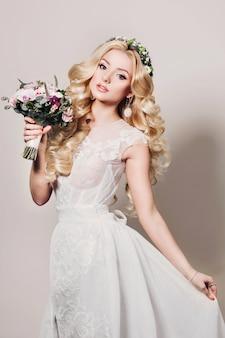 Мода фото молодая невеста с длинными вьющимися волосами
