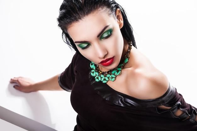 Мода фото молодой великолепной женщины, позирующей в студии