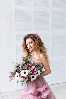 ファッションの肖像画。花束を持つ美しい女性。