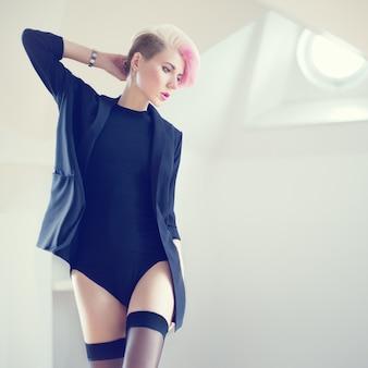 성적 란제리에 관능적 인 여자의 패션 초상화