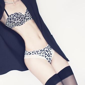 섹시 속옷에 관능적인 여자의 패션 초상화