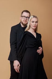 Модный портрет стильной влюбленной пары в черной одежде. мужчина и женщина обнимаются