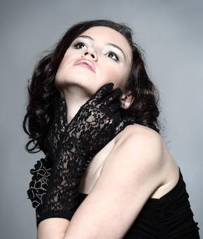Портрет моды молодой красивой темноволосой женщины