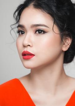 エレガントな髪型を持つアジアの女性のファッションの肖像画。完璧なメイク。