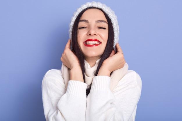 暗い長い髪と明るい化粧の美しい幸せな若い女性のファッションの肖像画、女性が笑みを浮かべて立つ