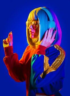 컬러 표면에 아름 다운 여자의 패션 초상화