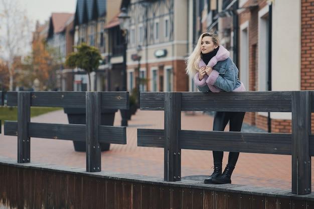 街のブロンドの女の子のファッションの肖像画