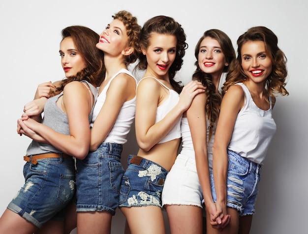 5人のスタイリッシュな女の子の親友のファッションの肖像画