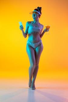 세련된 수영복 네온 불빛에 여자의 패션 초상화