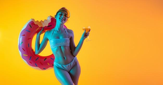 Модный портрет девушки в стильных купальниках