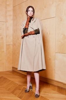유행 봄 옷을 입고 매력적인 젊은 세련된 여자의 패션 초상화 프리미엄 사진