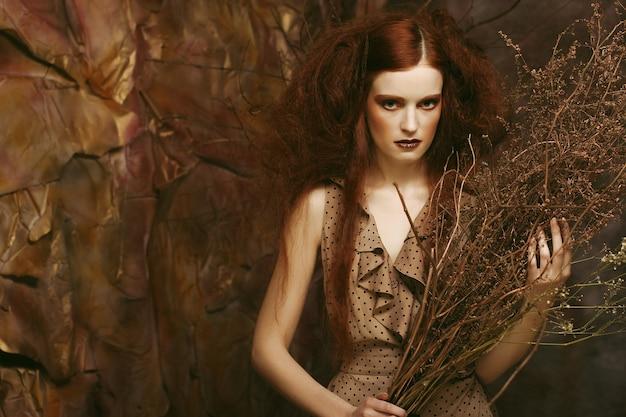 髪型、赤い唇、アートドレスとロマンチックな美しい少女のファッションの肖像画。ミステリーハウスのプリンセス。クリエイティブなコンセプト昔々ファンタジーの中で。