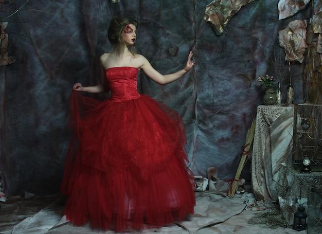 헤어 스타일, 붉은 입술, 예술 드레스와 낭만적 인 아름 다운 여자의 패션 초상화. 미스터리 하우스에서 공주. creative concept 옛날 옛적에 환상 속.