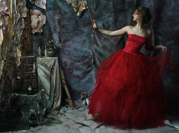 髪型とロマンチックな美しい少女のファッションの肖像画