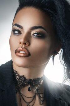 メイクと髪型のセクシーなブルネットのファッションの肖像画
