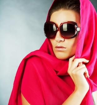 サングラスをかけているセクシーな、若い、美しい女性のファッションの肖像画