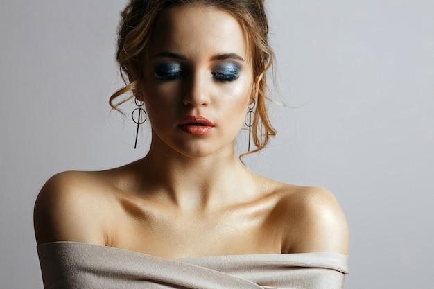 ウェーブのかかった髪と目を閉じてスタイリッシュな若い女性のファッションの肖像画