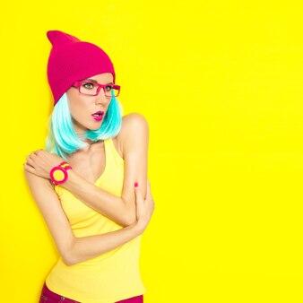 Модный портрет ярких стильных девушек