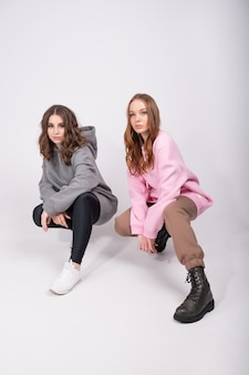 Мода портрет двух девочек, лучшие друзья позируют в помещении