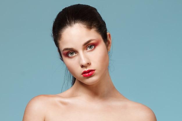 Мода портрет женщины с ярким макияжем.