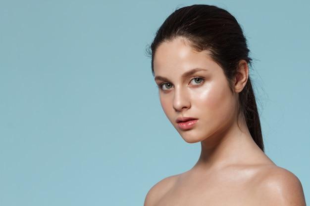 自然なメイクアップを持つ女性のファッションの肖像画。
