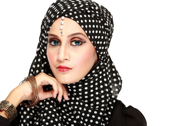 Фасонируйте портрет молодой красивой мусульманской женщины с черным шарфом